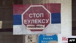 Plakat na prozoru kancelarije Srpskog nacionalnog veća severnog Kosova