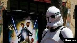 """El personaje de Star Wars Storm Trooper pasa junto al póster de la nueva película animada """"Star Wars The Clone Wars"""" en el estreno estadounidense en Hollywood, California, 10 de agosto de 2008."""