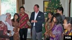 Konjen AS di Surabaya, Joaquin Monserrate menerima para mahasiswa Indonesia peserta program pluralisme beragama ke AS di rumah dinasnya. Para mahasiswa ini akan diberangkatkan pertengahan Januari 2013 ke Temple University, Amerika (VOA/PetrusRiski)