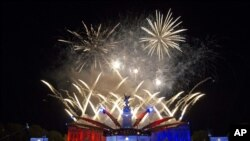 Kembang api raksasa menghiasi langit London, menandai berakhirnya puncak perayaan 'Diamond Jubilee' Ratu Inggris, Elizabeth II (5/6).
