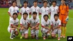 25일 런던 올림픽 첫 경기에 앞서 기념촬영을 한 북한 여자축구 대표팀.