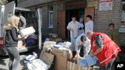 Relawan dan para dokter menyerahkan bantuan obat-obatan dan alat medis dari organisasi bantuan ke tentara di sebuah rumah sakit di Artemovsk, Donetsk, Ukraina (Foto: dok).