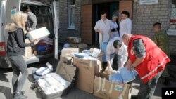 Медики и добровольцы разгружают груз для больницы от волонтерской организации. Город Артемовск. Донецкая область, Украина (архивное фото)