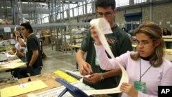 En esta foto, jurados de las elecciones realizadas en Venezuela en 2006 evisan las máquinas que serán utilizadas para votos electrónicos en Venezuela.