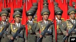 지난해 10월 북한 평양 김일성 광장에서 열린 노동당 창건 70주년 열병식에서 북한 군인들이 행진하고 있다. (자료사진)