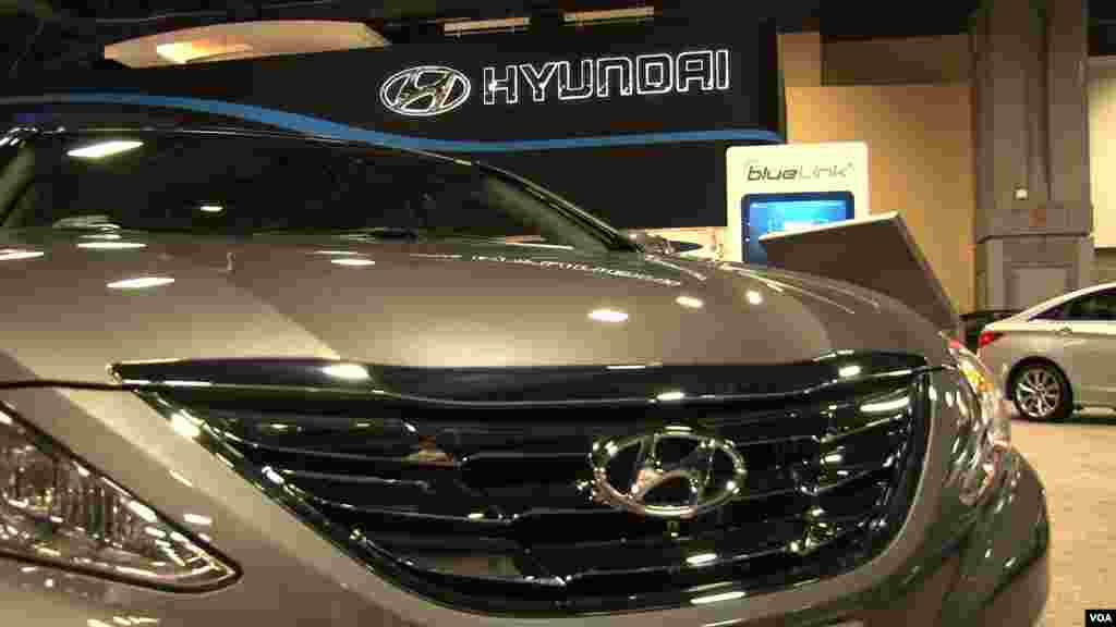 Un nuevo modelo de Hyundai bajo las luces del llamado Washington Auto Show 2013.