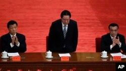 Nhà văn Hoàng Trạch Vinh bị bắt sau khi viết những bài viết phê phán ông Lưu Vân Sơn (trái), người đứng đầu công tác tuyên truyền của đảng Cộng sản Trung Quốc.