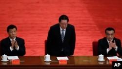 2012年5月周永康(中)、李克强和刘云山(左)在庆祝中国共青团成立90周年大会上被一一介绍