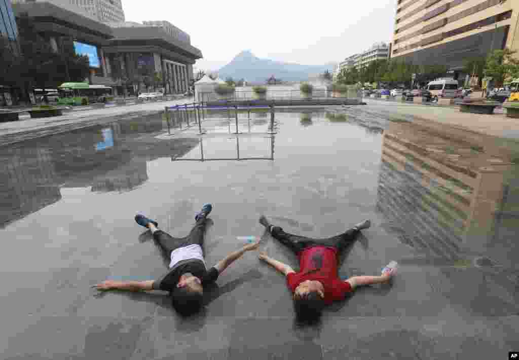 کودکان برای رهایی از گرما در کره جنوبی به آب فواره ها fرای خنک شدن پناه آوردند.