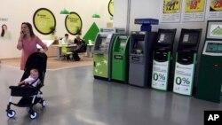 28일 우크라이나 키예프의 한 슈퍼마켓 현금인출기들이 랜섬웨어 공격으로 작동하지 않고 있다.