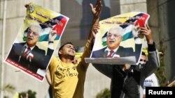29일 가자 지구에서 마흐무드 압바스 팔레스타인자치정부 수반의 사진을 들고 유엔 결의안을 지지하는 팔레스타인인들.