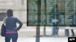 Italijani u Milanu sa zebnjom prate kretanje vrednosti akcija na berzi koje odražavaju labilnu finansijsku situaciju zemlji