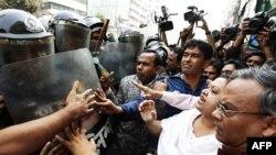 Cảnh sát Bangladesh đụng độ với người biểu tình ở Dhaka, ngày 7/2/2011