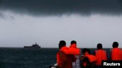 Para anggota tim penyelamatan dalam operasi pencarian pesawat AirAsia penerbangan 8501 di Laut Jawa (4/1). (Reuters/Beawiharta)