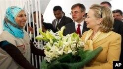 ລັດຖະມົນຕີການຕ່າງປະເທດສະຫະລັດ ທ່ານນາງ Hillary Clinton ໄປຢ້ຽມສະພາກາແດງຂອງຕູນີເຊຍ ພ້ອມກັບ ເອກອັກຄະລັດຖະທູດສະຫະລັດ ປະຈຳຕູນີເຊຍ ທ່ານ Gordon Grey (17 ມີນາ 2011)