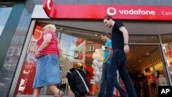 Vodafone admitió en un informe que seis países en los que opera están llevando a cabo prácticas similares a las de la NSA.