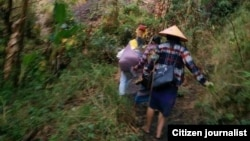 Người dân tìm nơi lánh nạn ở Demoso, bang Kayah.