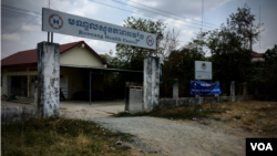 "The Roveang Health Center in Takeo province's Bati district has seen patients with flu-like symptoms but if there was no recent travel history, they were treated as the ""normal flu."" (Ananth Baliga/VOA Khmer)"