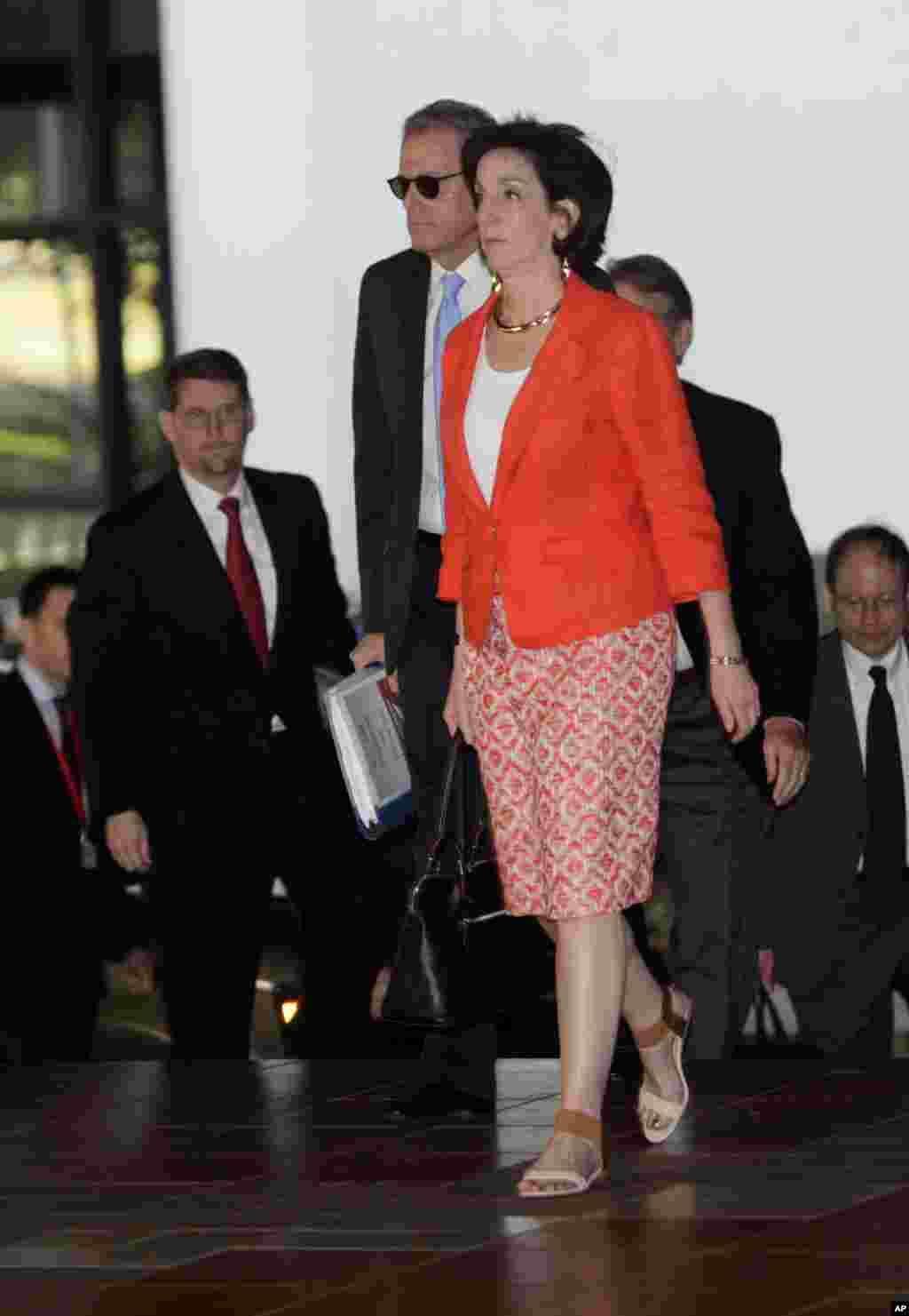 معاون وزير امور خارجه ايالات متحده آمريکا در امور نيمکره غربی، روبرتا جکوبسون، به همراه جفری دلارنتيس، رئيس دفتر حفاظت از منافع آمريکا در هاوانا (با کراوات آبی)، برای انجام دومين روز گفتگوها وارد هاوانا می شوند-- ۲ بهمن ۱۳۹۳ (۲۲ ژانويه ۲۰۱۵)