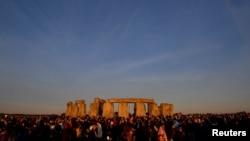 Una multitud recibe el Solsticio de Verano en el Círculo de Piedra de Stonehenge, en el suroeste de Gran Bretaña, el 21 de junio de 2018. REUTERS / Toby Melville.