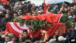 지난 6일 암살된 야권지도자 초크리 벨라이드의 관을 운구하는 튀니지 시민들