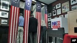 美国新罕布什尔州共和党选民在投票站投票