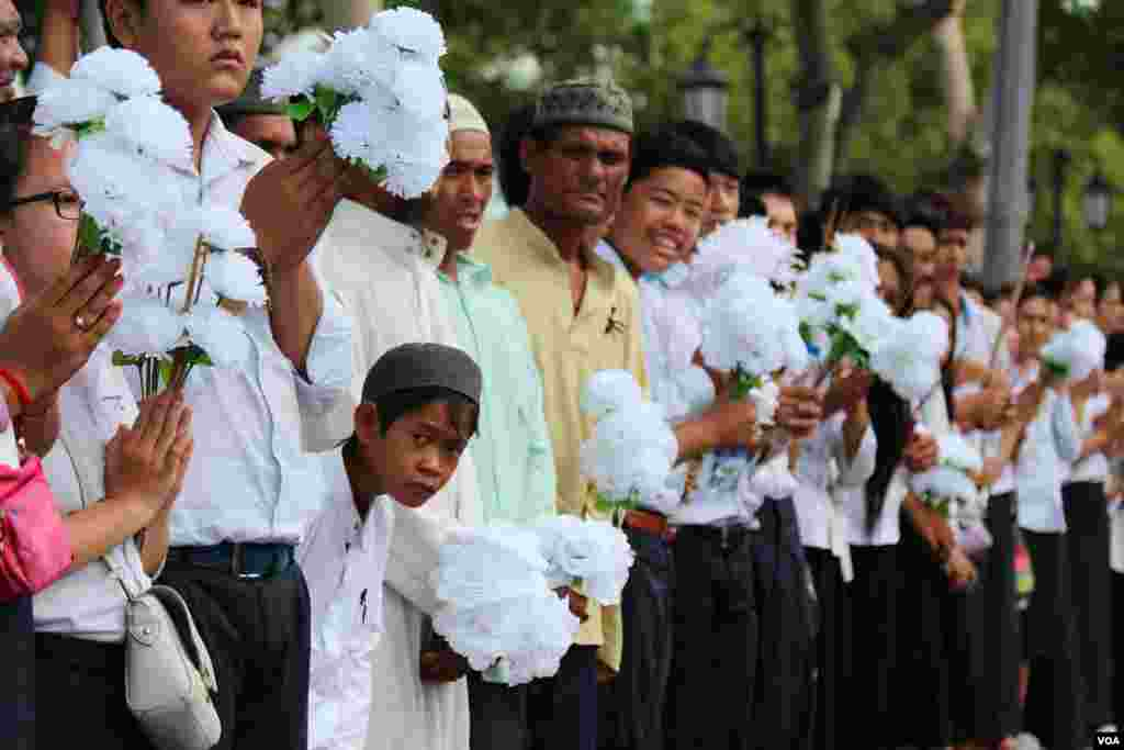 People join the procession of Chea Sim's funeral, former president of Cambodian People's Party and the Senate on June 19, 2015. (Hean Socheata/VOA Khmer)