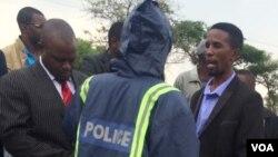 Amapholisa akhuluma loMnu. Mqondisi Moyo, umkhokheli webandla leMthwakazi Republic Party.