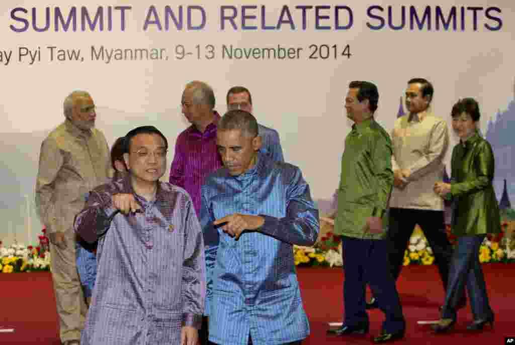 Rais Barack Obama na waziri mkuu wa China Li Keqiang baada ya kupiga picha ya pamoja ya viongozi kwenye mkutano wa ASEAN, Nov. 12, 2014.