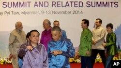 El presidente Barack Obama conversa con el premier chino, Li Kequiang, luego de posar para la foto de familia de la ASEAN.