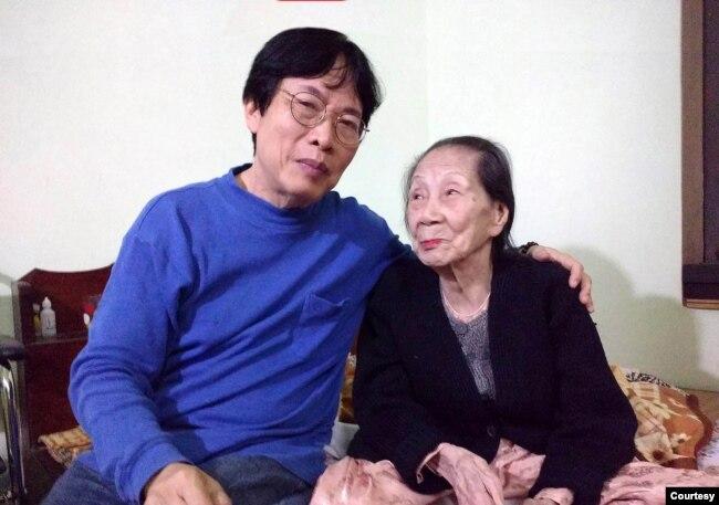 Tác giả và Cô Dinh. Ảnh chụp cuối cùng khi Cô Dinh còn gắng tự ngồi dậy được (ảnh tư liệu mùa Thu 2019)