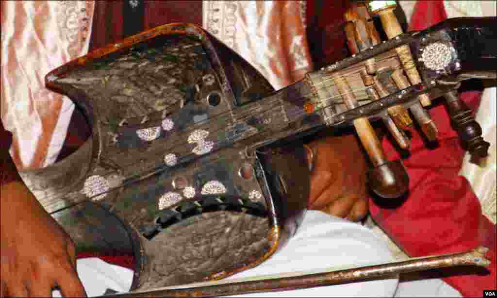 'سُرندو': کراچی فیسٹیول میں ایک فنکار قدیم، روایتی ساز، 'سُرندو' بجاتے ہوئے