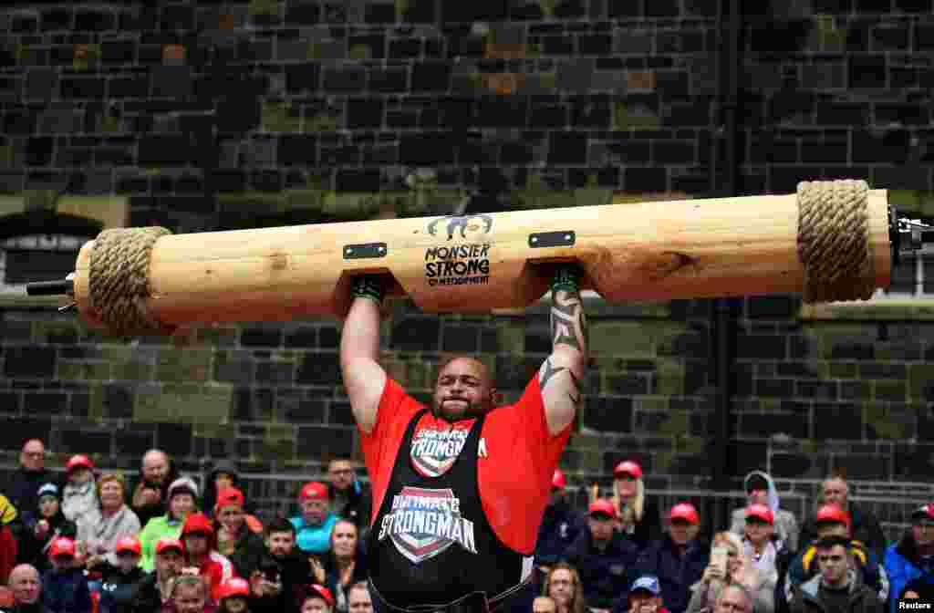 លោក Paul Carter ប្រកួតដណ្តើមយកពានរង្វាន់ Ultimate Strongman Masters World Championship នៅក្នុងក្រុង Belfast ប្រទេសអៀវឡង់ខាងជើង។