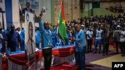Le Pr Augustin Loada, président du Mouvement Patriotique pour le Salut (MPS) et Julien Nakolomsé, le secrétaire général du parti, nomment Yacouba Isaac Zida comme candidat aux élections présidentielles de novembre 2020, à Ouagadougou, le 25 septembre 2020.