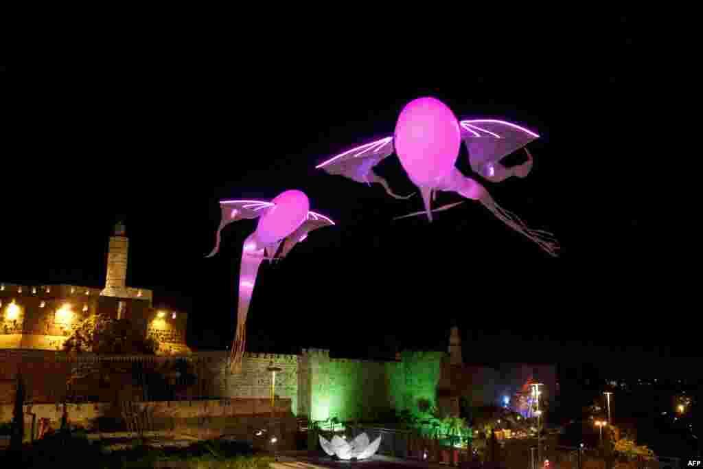 Dvije svjetlosne instalacije u obliku ribe iznad starog dijela Jerusalema tokom festivala svjetla održanog u tom gradu.
