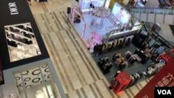 中國江蘇省鎮江市一家顧客寥寥無幾的商場(美國之音江真拍攝)