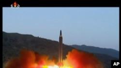 Bức ảnh chụp từ bản tin trên truyền hình KRT của Bắc Hàn hôm 15/5 cho thấy vụ phóng tên lửa Hwasong-12 tại một địa điểm không được tiết lộ. Ngoại trưởng Úc cho biết Washington lo ngại nếu các vụ thử hạt nhân và tên lửa của Bắc Hàn không bị khống chế thì sẽ có nguy cơ chạy đua vũ trang trong khu vực.
