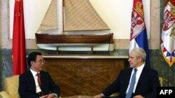 Predsednik Srbije Boris Tadić razgovara sa članom Stalnog komiteta Politbiroa i sekratarom Komisije za disciplinu i nadzor Centralnog komiteta Komunističke partije Kine Heom Guocijangom.