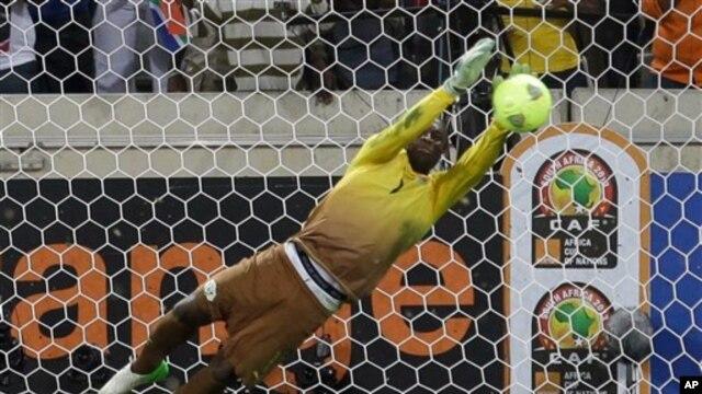 Penjaga gawang Burkina Faso, Daouda Diakite, menggagalkan tendangan penalti  Emmanuel Agyemang Badu dari tim Ghana, sehingga membawa kemenangan Burkina Faso dalam perempat final Piala Afrika di Afrika Selatan (foto: 6/2).