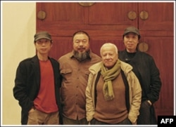 画家高强(左一)和高兟(右一),画家艾未未(左二),意大利策展人奥利瓦Oliva(右二)
