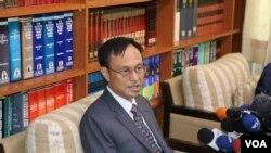 台湾外交部西亚非洲司长陈俊贤8月9日在记者会上介绍肯尼亚案最新情况(美国之音林枫拍摄 )