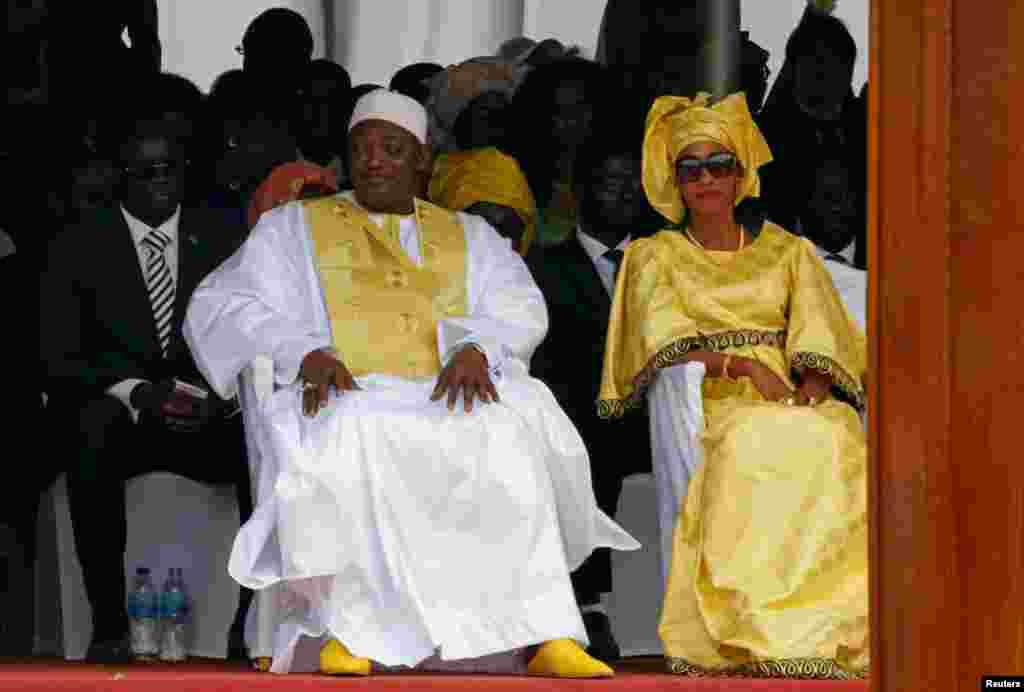 Le nouveau président de la Gambie, Adama Barrow, assiste à la parade miliaire avec sa femme lors de sa prestation de serment au Stade de l'Indépendance, à Bakau, Gambie, 18 février 2017.