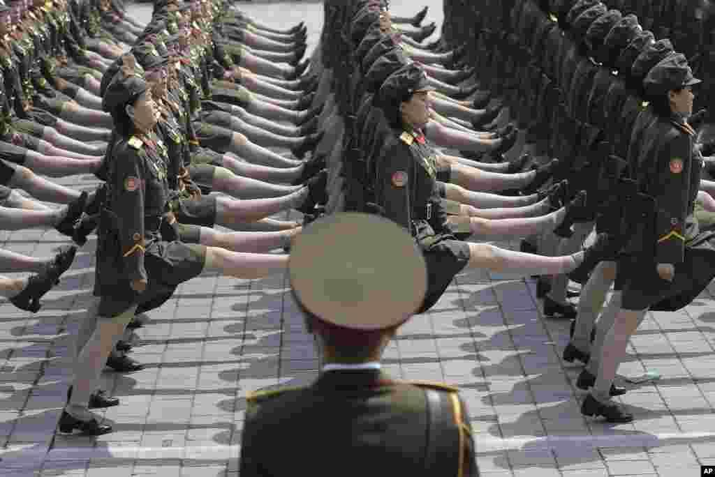 女兵正步操過金日成廣場(2017年4月15日)