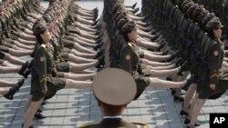 朝鲜首都纪念开国者金日成诞辰105周年的大型阅兵中,女兵正步走过金日成广场(2017年4月15日)