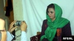 Afg'on ayoli saylovda qatnashish uchun ro'yxatdan o'tmoqda. Kobul, 3-oktabr 2013.