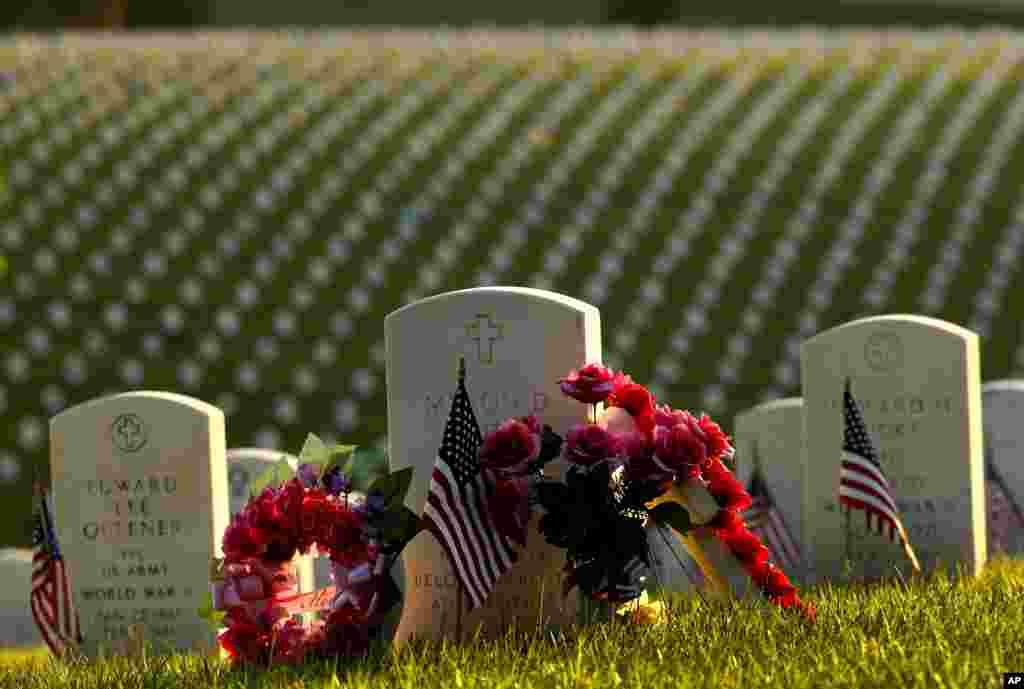 Цветы на могилах на Национальном кладбище в Ливенворте. 27 мая 2018 года, Ливенворт, Канзас