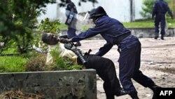 Ủng hộ viên của thủ lãnh phe đối lập Etienne Tshisekedi đụng độ với cảnh sát bên ngoài trụ sở của ông Tshisekedi ở Kinshasa, ngày 8/12/2011