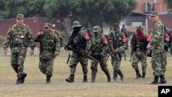 Soldados escoltan a varios guerrilleros del ELN que el año pasado depusieron las armas.