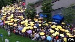 港人重返金鐘紀念雨傘革命兩週年(美國之音海彥拍攝)