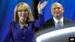 Gabby Giffors y su esposo, el astronauta, Mark Kelly, hablaron sobre la violencia y el control de armas en la Convención Demócrata.